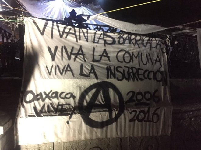barricades-commune-banner-oaxaca